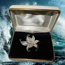 Антикварная брошь белая лилия